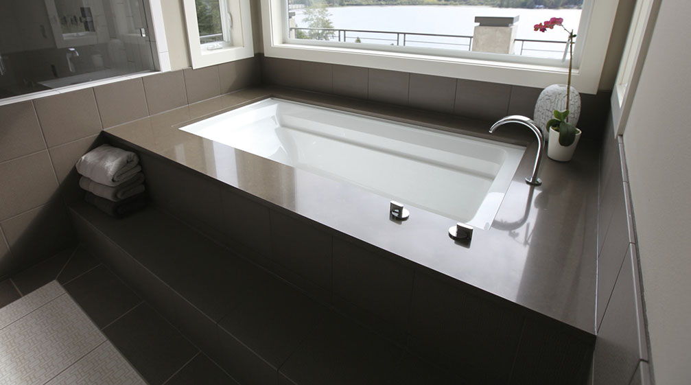 QUARTZ UNDERMOUNT TUB DECK IN MASTER BATH