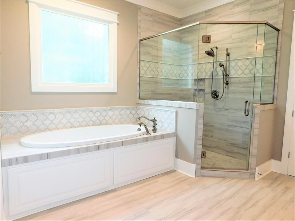 BEAUTIFUL FULLHEIGHT SHOWER WITH SCHULTER SHOWER NICHE